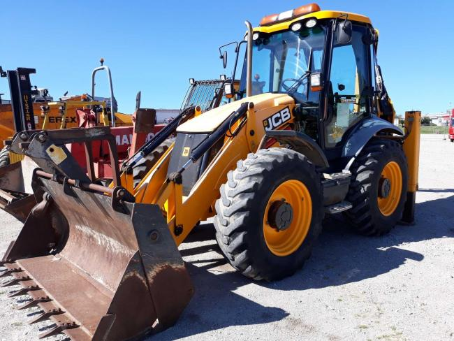 Top priced lot at £30,000 was this 2010 JCB 4CX sitemaster digger