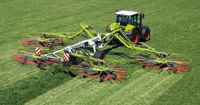 Twenty years ago Claas introduced the world's first four-rotor swather, the Liner 3000 – it was a design concept that eliminated the swathing bottleneck for the following the forage harvesting convoy to be fully utilised. This increased the ca