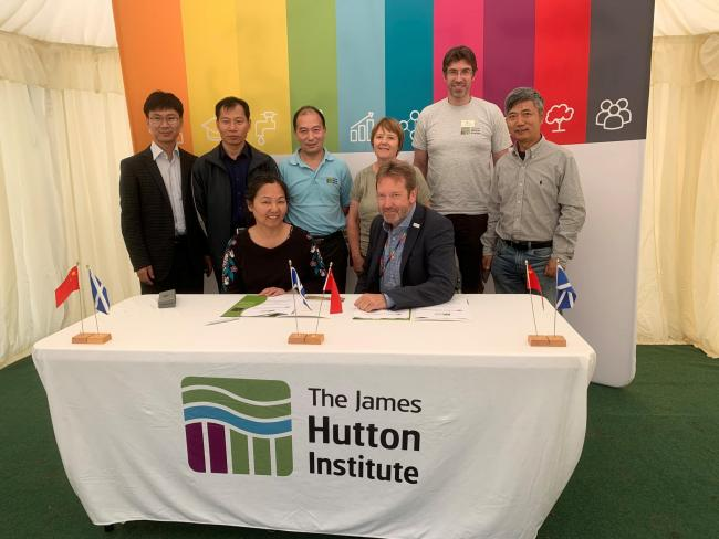 CAAS and James Hutton representatives signed an agreement for joint work on potato crop research (Photo:James Hutton Institute)