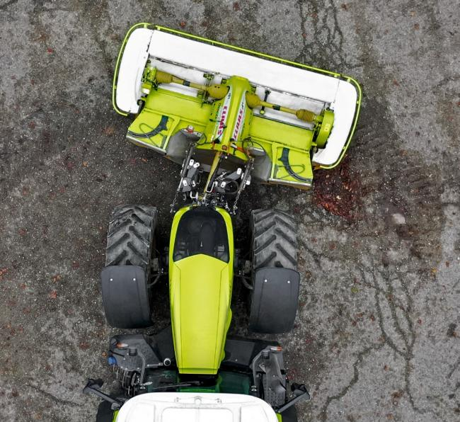 Swivel hips Claas and Hans Sauter have jointly developed a new hydraulically swivelling front linkage system designed for use with front mowers