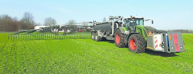 SyreN is a closed system that stabilizes the liquid manure and reduces nitrogen losses. The added sulphuric acid is kept in a front tank and is fed into the liquid manure stream in a mixing chamber upstream of the spreading linkage