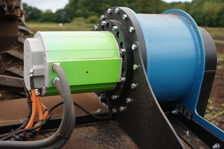 Der Elektromotor versorgt die angeschlossenen Maschinen zusätzlich