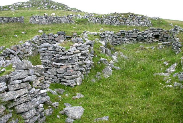 Ruined croft houses on Fuaigh Mòr in Loch Roag. The island was cleared of its inhabitants in 1841 and is now used only for grazing sheep (Pic: Wikimedia Commons)